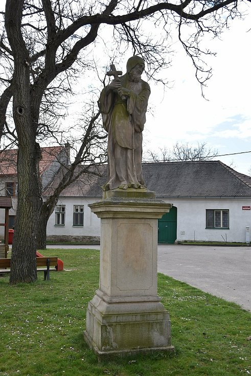 Socha sv. Františka z Pauly v sousedství kostela sv. Vavřince