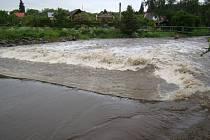 Řeka Jihlava v úterý dosahovala prvního stupně povodňové aktivity i v třebíčské části Poušov. Oproti noční kulminaci se však v průběhu odpoledne vrátila do normálu a přilehlé zahrádky a chaty tak neohrozila.