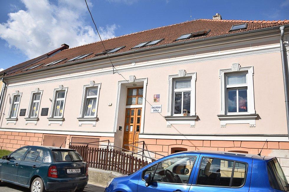 Nedaleko od základní školy se nachází i Mateřská škola Stařeč