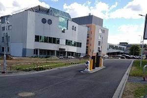 Nový vjezd před budovou centrálních operačních sálů.