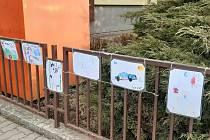Galerie obrázků na plotě v Jakubově