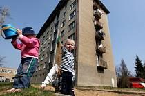 V Třebíči dosud město rekonstruovalo jen veřejná prostranství sídlišť.  Nyní získalo dotaci, ze které bude možno žádat o příspěvek i na zateplení panelových nebo zděných domů nebo výměnu zastaralých výtahů.