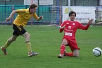 Juniorka HFK Třebíč (v červeném) otočila derby proti Vladislavi čtyřmi góly i přes početní nevýhodu.