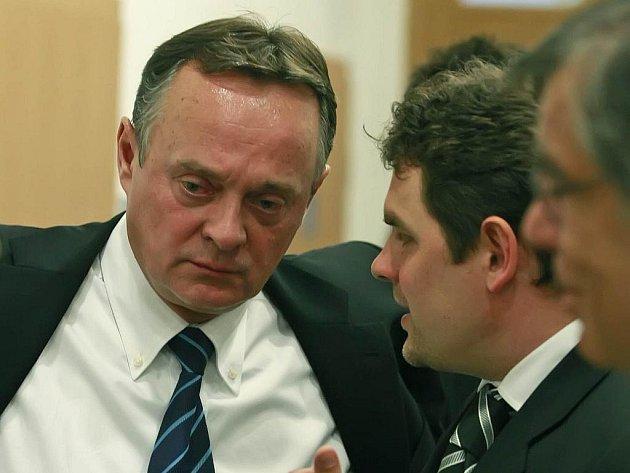 Bývalý tajemník sociálnědemokratických premiérů Zdeněk Doležel (vlevo) se svým advokátem Filipem Princem podávají trestní oznámení na detektivy, kteří Doležela vyšetřovali v takzvané kauze Budišov.