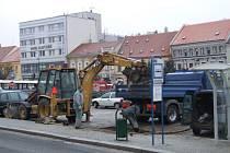 Potrubí prasklo na parkovišti poblíž autobusové zastávky MAD.