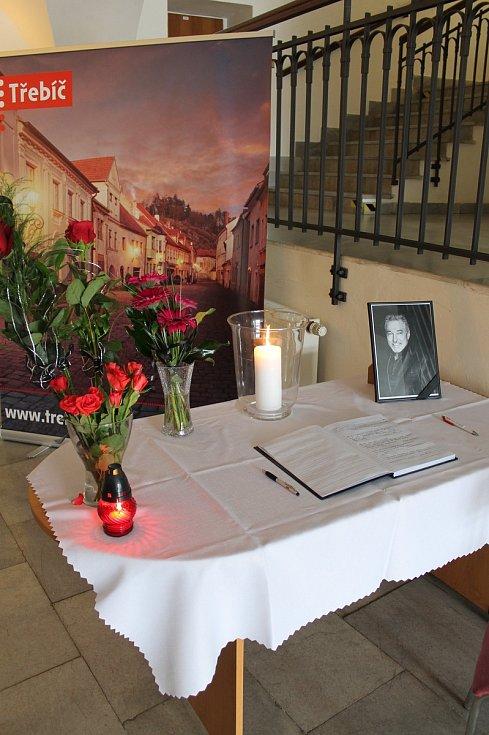 Dojatí fanoušci Karla Gotta přicházejí uctít jeho památku na pietní místo, které je v Třebíči na radnici.