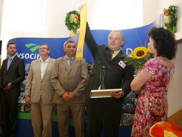 Starosta Martínkova Josef Svoboda zvedá nad hlavu Zlatou stuhu za vítězství v soutěži Vesnice Kraje Vysočina roku 2015. Slavnostní ceremoniál se odehrál včera v místní sokolovně.