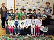 Na fotografii jsou prvňáčci ze Základní školy v Hrotovicích s paní učitelkou Miluší Vodinskou a asistentkou Renátou Holíkovou.
