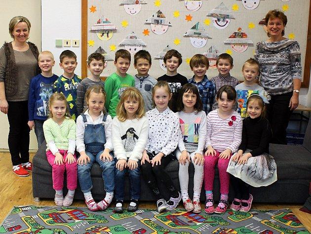 Na fotografii jsou prvňáčci ze Základní školy vHrotovicích spaní učitelkou Miluší Vodinskou a asistentkou Renátou Holíkovou.