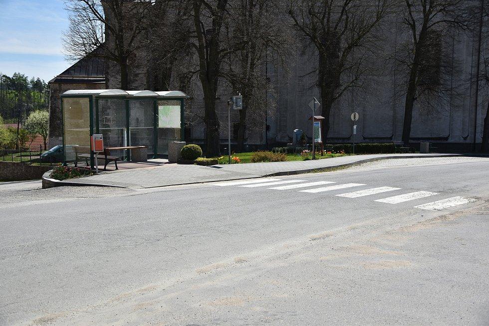 NA návsi se nachází i autobusová zastávka