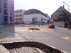 Nový kruhový objezd je u katastrálního úřadu v ulici Bedřicha Václavka.