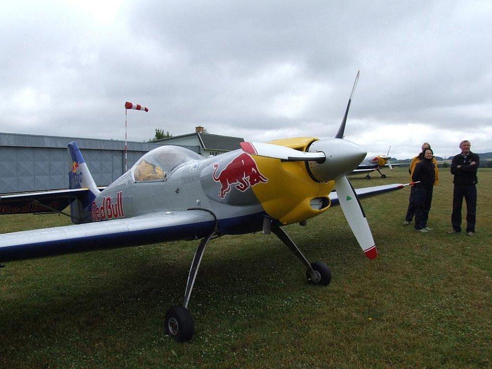 Známý tým leteckých akrobatů z Jaroměře The Flying Bulls Aerobatics Team přistál v neděli na třebíčském letišti. Přinutila jej k tomu nepřízeň počasí.