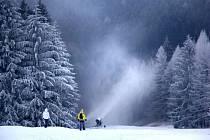 Ve dne v noci běží sněhová děla v dolní části sjezdovky na Jalovci. Ustávají jen tehdy, když na chvíli dojde voda. Poslední den v roce si tak milovníci lyžování budou moci před večírkem protáhnout tělo  i tady.