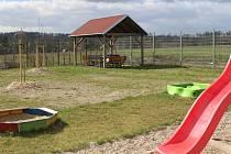 Azylový dům pro ženy a rodiče s dětmi na Vltavínské ulici má novou zahradu.