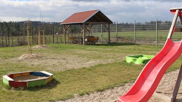 Azylový dům pro ženy s dětmi má zahradu. Přispěli na ni dárci