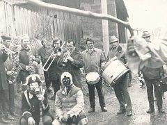 Masopust. Snímek je z roku 1972 a jak vidno, masopustní veselí si opravdu užili i s muzikou.