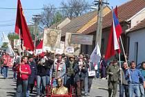 Vzpomínky na prvomájové průvody si lidé včera oživili na recesistické akci v Pucově.