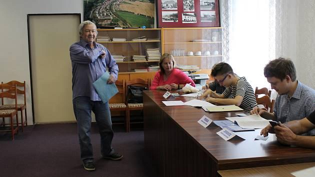 Už v první minutě přišli voliči ve Vladislavi k urně