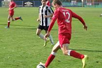 Juniorka HFK Třebíč (v červeném) poprvé v sezoně poznala hořkost porážky až ve 12. kole I. A třídy, kdy prohrála v Třešti.