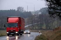 Skrz vesnici jim po silnici II/360 na Velké Meziříčí projedou každý měsíc desetitísíce tisíc vozidel.