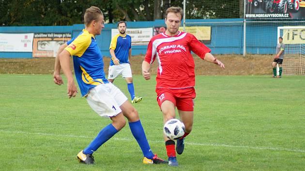 Fotbalisté Jaroměřic (v modro-žlutých dresech) porazili v úvodním zápase I. B třídy Velkou Bíteš B.