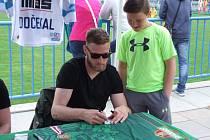 Martin Dočekal se zúčastnil autogramiády v Okříškách, která se konala v rámci turnaje fotbalových přípravek.