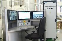 Speciální manipulační zařízení, které používá tzv. rotační sondy. Ty jsou citlivější a přesnější a umí identifikovat i radiální indikace.