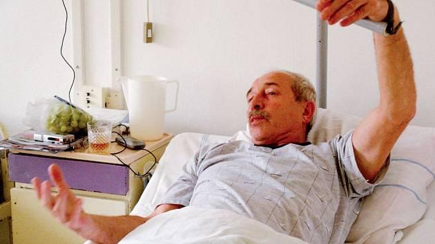 MILOŠ MAŠEK NA LŮŽKU. Po napadení šestačtyřicetiletým třebíčským domovníkem byl Mašek s pohmožděninami hospitalizován na chirurgickém.