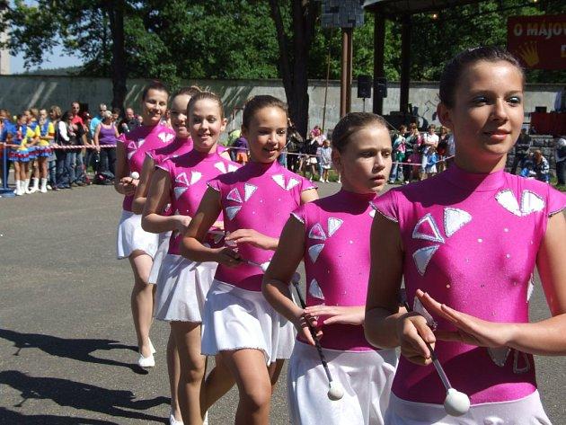 Během dopoledního bloku miniformací se v jemnické sokolovně představily mažoretky v kategoriích kadetek a juniorek.