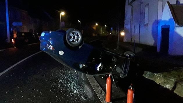 Vůz skončil po nehodě převrácený na střeše.