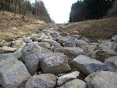 Svah, který je pokrytý nově navezenou hlínou, má v některých místech tendenci erodovat. Stavaři sem navezli balvany, aby se zabránilo zanesení potoka Prašince pod kopcem. Kameny působí jako zajímavý krajinotvorný prvek.