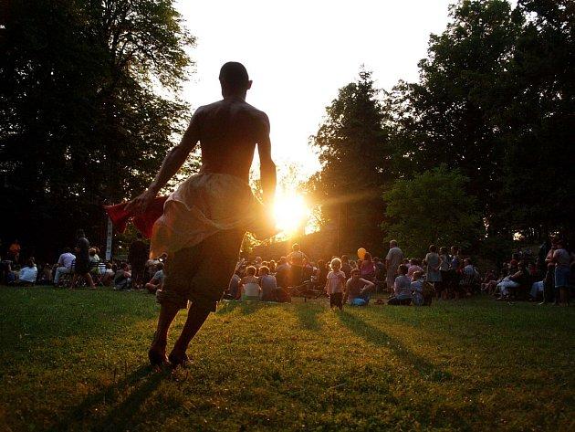 Návštěvníci Folkových prázdnin se v Náměšti nad Oslavou mohou dobře bavit až do soboty.