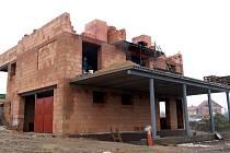 Nepovolená hrubá stavba rodinného domu vyrostla vTřebíči vlokalitě novostaveb u výpadové silnice na Přibyslavice.