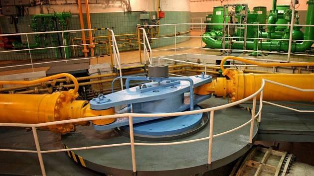 V Dalešicích se rozběhne mohutné osmdesátitunové oběžné kolo Francisovy turbíny.