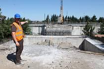 Ze stavby mostu nad tratí v Hrotovické ulici v Třebíči, červenec 2019.