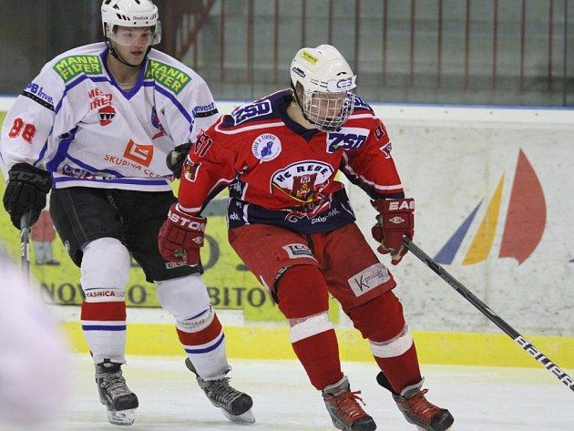 Páteční derby na třebíčském ledě mezi Horáckou Slavii (ve bílém) a Havlíčkovým Brodem slibuje kvalitní hokej.