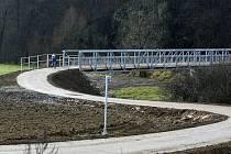 Přestože se most mezi Přibyslavicemi a Číhalínem, který byl vybudován kvůli cyklostezce, může někomu připadat zbytečně velkolepý, jeho podoba je výsledkem přání Povodí Moravy. Je koncipován, aby přežil stoletou vodu.