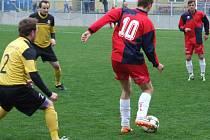 Záložní mužstvo Okříšeky (u míče) loni doma porazilo pozdějšího vítěze okresního přeboru z Dukovan a letos získaly skalp lídra z Nových Syrovic.