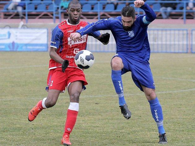 Všichni tři fotbalisté Třebíče dostali za vyloučení v utkání s Prostějovem jednozápasový distanc. Jedním z nich je i obránce z Pobřeží slonoviny Cyril Marc Bagnon (v červeném).