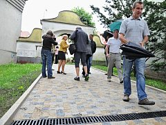 Chodci v budějovickém zámeckém parku mezi náměstím Míru a Tovačovského sady se mohli poprvé projít po kamenné dlažbě. V noci jim bude svítit na cestu i nové osvětlení.