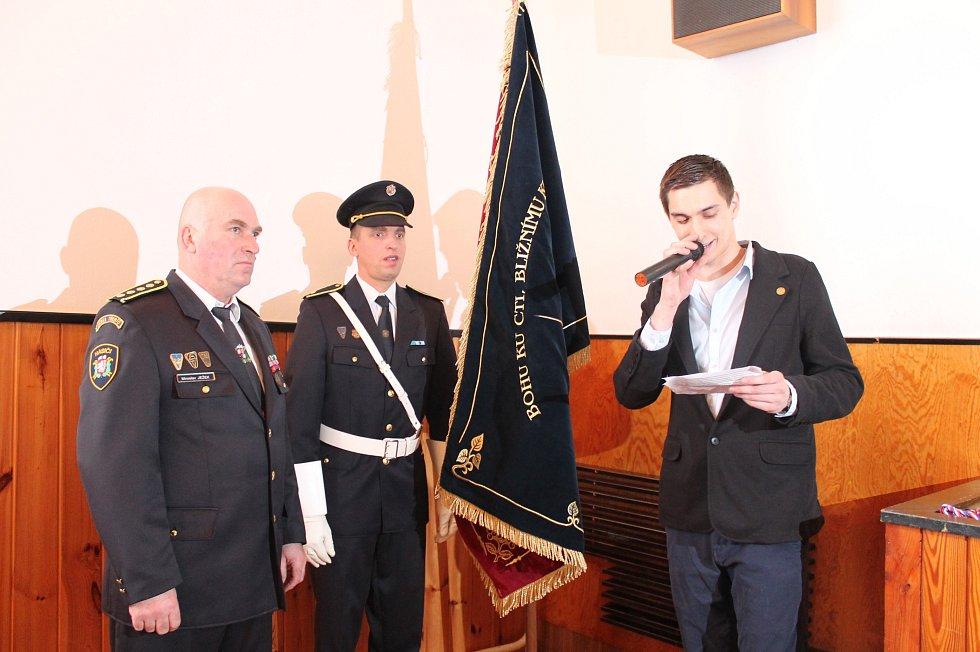 Nový prapor převzal okresní starosta hasičů na Třebíčsku Miroslav Ježek (vlevo)