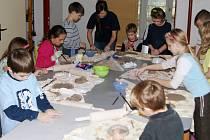 Zájem o práci v keramické dílně je mezi dětmi velký. Scházejí se odpoledne po vyučování.