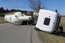 Silnice mezi Kněžicemi a Zašovicemi je stále neprůjezdná. Přes celou šíři vozovky tam leží převrácená cisterna, se kterou v úterý před polednem řidič havaroval.