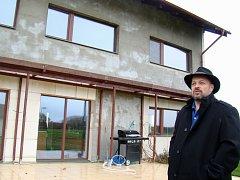 Majitel Stanislav Martínek si bydlení v pasivním domě pochvaluje. Kvalitní zateplení funguje jako izolant i jako protihluková stěna. Třeba před nedalekým vojenským letištěm.
