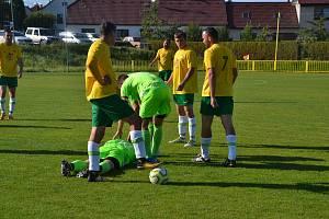 Fotbalisté Předína (v zelených dresech) vyhráli v Okříškách, hráči Šebkovic B nehráli. Foto: Pavel Mikeš