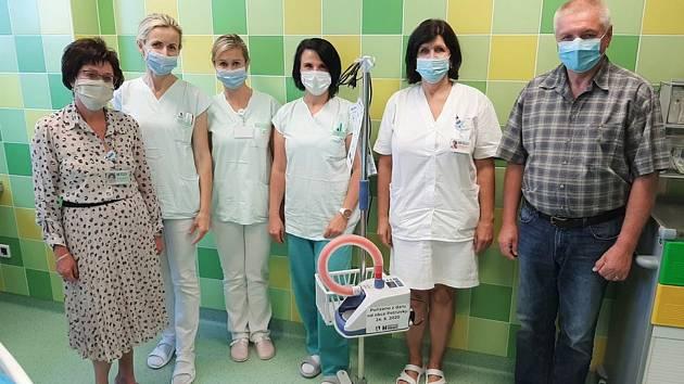 Petrůvky chtějí pomáhat. Darovaly třebíčské nemocnici přístroj na dýchání