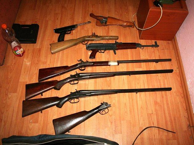 Při prohlídce však objevili nejen nepovolený odběr, ale také početnou sbírku zbraní.