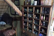 Lahvičky s léky vystavené v Dašovském mlýně. Návštěvníci uvidí i sbírku lékařského náčiní.