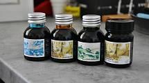 Dušan Prachař se inkoustům věnuje už deset let. Mezi nejprodávanější odstíny patří Jelení hnědá. Jeho inkousty jsou vhodné především pro kaligrafii a pro plnící pera.