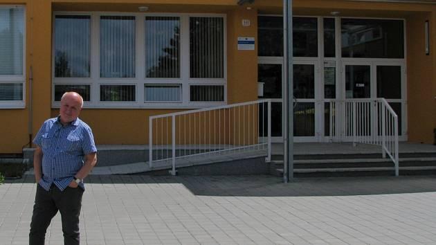 Jaroslav Dejl na Základní škole Benešova v Třebíči působí od roku 1980. Přes dvacet let byl jejím ředitelem a po sametové revoluci se ji snažil posouvat do Evropy.